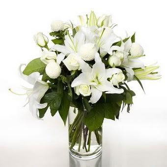 Şırnak çiçekçi telefonları  1 dal cazablanca 7 adet beyaz gül vazosu