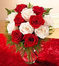 Şırnak hediye sevgilime hediye çiçek  5 adet kirmizi 5 adet beyaz gül cam vazoda