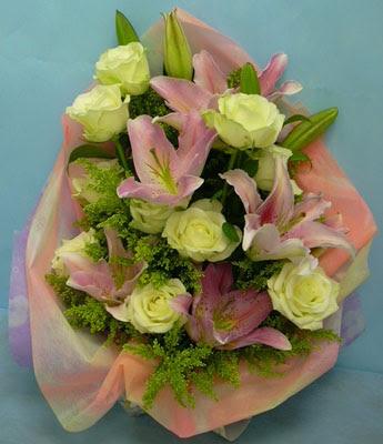 11 adet gül ve 2 adet kazablanka buketi  Şırnak çiçek siparişi vermek