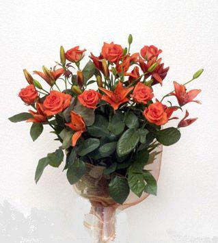9 adet gül ve 3 adet lilyum çiçegi buketi   Şırnak 14 şubat sevgililer günü çiçek