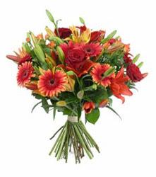 Şırnak çiçek , çiçekçi , çiçekçilik  3 adet kirmizi gül ve karisik kir çiçekleri demeti