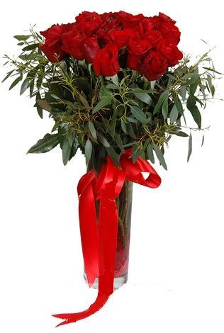 15 adet kirmizi gül cam vazo içerisinde  Şırnak çiçek siparişi vermek