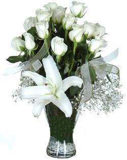 cam içerisinde 11 beyaz gül ve 1 kazablanka  Şırnak internetten çiçek siparişi