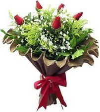 Şırnak uluslararası çiçek gönderme  5 adet kirmizi gül buketi demeti