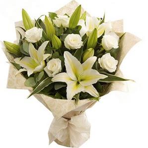 Şırnak çiçek servisi , çiçekçi adresleri  3 dal kazablanka ve 7 adet beyaz gül buketi