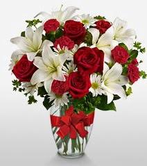 Eşsiz vazo tanzimi güller kazablankalar  Şırnak uluslararası çiçek gönderme