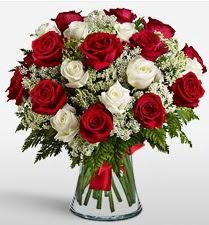 Vazoda 12 kırmızı 12 beyaz gül tanzimi  Şırnak hediye sevgilime hediye çiçek