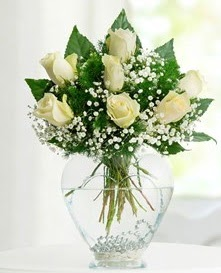 Cam içerisinde 7 adet beyaz gül  Şırnak anneler günü çiçek yolla