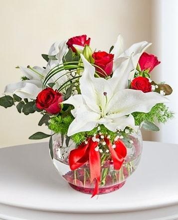 Fanus Vazoda 2 Lilyum ve 5 Gül Dansı  Şırnak çiçek , çiçekçi , çiçekçilik