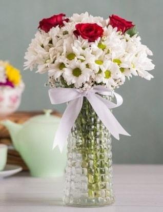 Papatya Ve Güllerin Uyumu camda  Şırnak çiçekçi telefonları