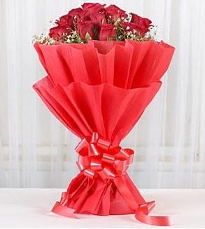 12 adet kırmızı gül buketi  Şırnak internetten çiçek satışı